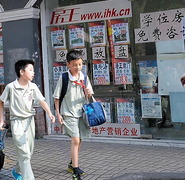 名門小学校の近くにある不動産屋には「学位房」の物件が張り出されている=9日、中国広東省広州市、延与光貞撮影