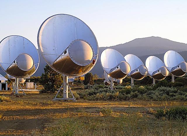 宇宙からのデータを集めているカリフォルニア州の電波望遠鏡群=SETI研究所提供