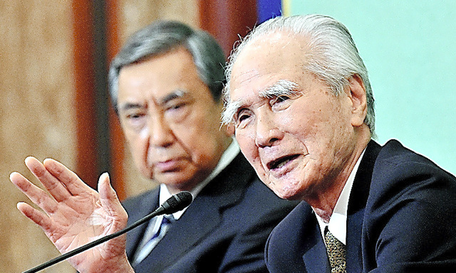 Former Prime Minister Tomiichi Murayama, right, during a June 9 news conference at the Japan National Press Club in Tokyo. At left is former chief Cabinet secretary Yohei Kono. (Kengo Hiyoshi)◇村山富市元首相(右)と河野洋平元官房長官=9日、日吉健吾撮影