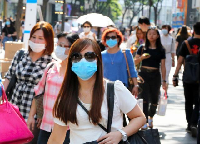 ソウル中心部の明洞(ミョンドン)では普段より人通りは少なく、マスク姿が目立った=10日午後、東岡徹撮影