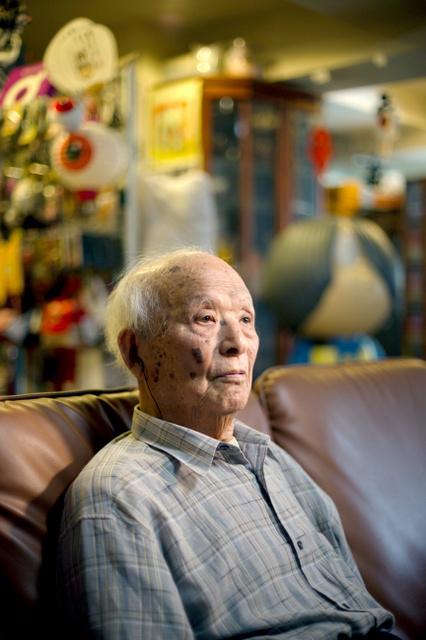 手記や戦争体験について思いを語る水木しげるさん=4日、東京都調布市、時津剛撮影