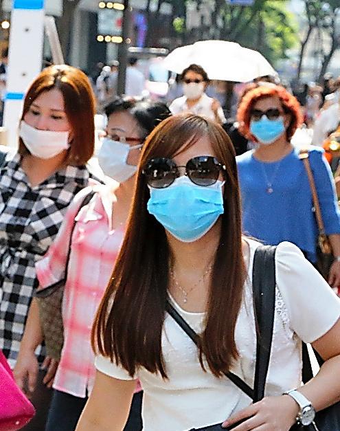 ソウル中心部の明洞(ミョンドン)では普段より人通りは少なく、マスク姿が目立った=10日、東岡徹撮影