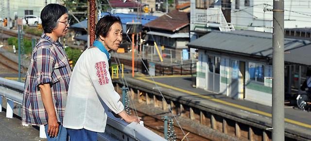 長女の後藤京子さん(左)と駅近くを訪れたはるのさん。はるのさんは京子さんを「姉さん」と呼ぶ=前橋市、仙波理撮影