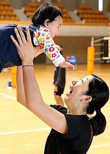練習後、長女の和香ちゃんを抱き上げる荒木絵里香選手=埼玉県上尾市、越田省吾撮影