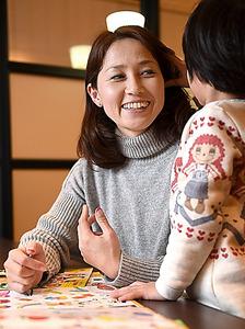 長女の杏珠ちゃんと遊ぶ岡崎朋美さん=白井伸洋撮影
