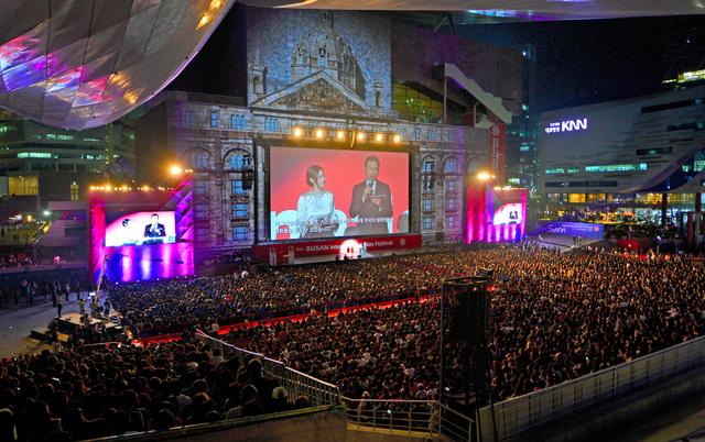 昨年の釜山国際映画祭開幕式。俳優の渡辺謙さんが日本人として初めて司会した=2014年10月2日、釜山市、チ・ソンジン氏撮影
