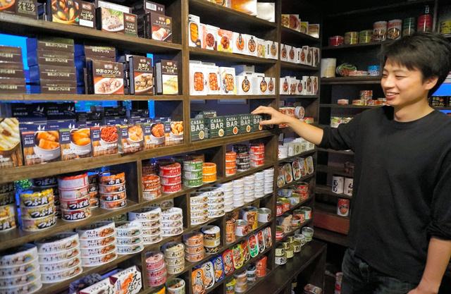 お酒に合う缶詰が並ぶ売り場=大阪市西区のmr.kanso本店