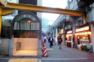 京葉線の東京駅2番出口はJR有楽町駅のすぐ近く。赤ちょうちんがともる路地を抜け、徒歩約3分で有楽町駅京橋口に着く=東京都千代田区丸の内3丁目