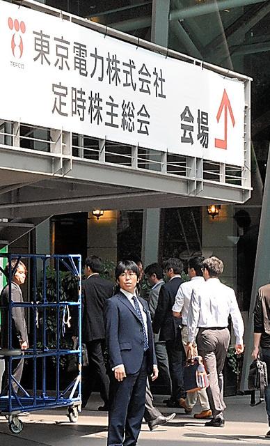 東京電力の株主総会の会場に入る株主ら=東京都千代田区