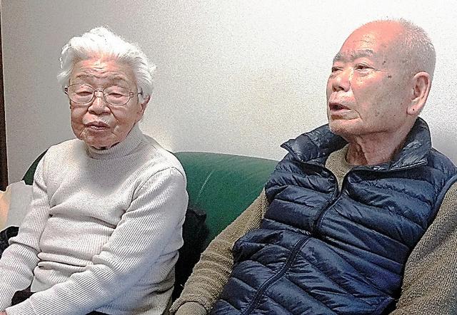 有本明弘さん(右)、嘉代子さん=神戸市長田区の自宅