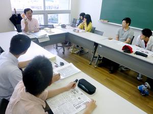 写真・図版 ゼミで安保法制について説明する武居一正教授(左奥)=福岡市城南区の福岡大... 安保