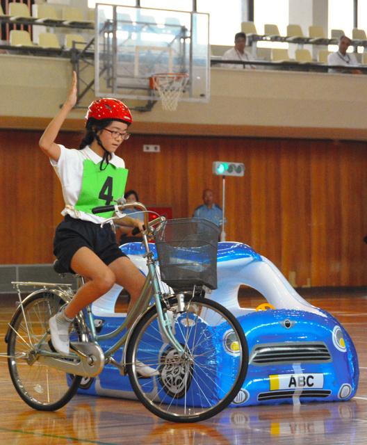 自転車の 朝日自転車 : 手信号を使って、停止中の車を ...