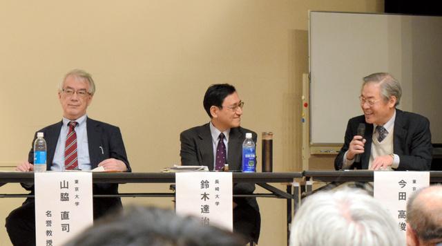シンポジウムで意見を交わす今田高俊・東京工業大名誉教授(右)と鈴木達治郎・長崎大核兵器廃絶研究センター長(中)、山脇直司・東大名誉教授=28日、八戸市根城8丁目