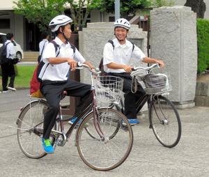 高校生の自転車のヘルメット ...