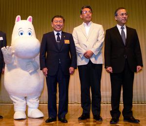 30日の会見には「ムーミン」も登場した。(右から順に)西武鉄道の若林久社長、フィンテック グローバルの玉井信光社長、埼玉県飯能市の大久保勝市長=東京都港区の東京プリンスホテル