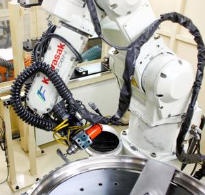 川崎重工業の西神工場(神戸市)でエアバス向けのエンジン部品をつくるロボット=川崎重工業提供