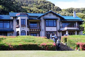 鎌倉文学館。庭園には広いバラ園がある=神奈川県鎌倉市