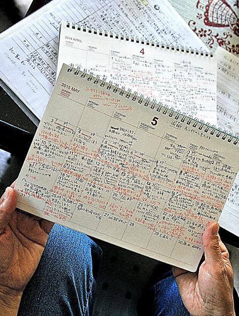 認知症の母と暮らす女性のカレンダーには、母の状態や行動が書き込まれていた(6月13日に記事掲載)=前橋市、仙波理撮影