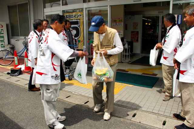 Agriculture have found that appeal to consumers while handed out leaflets like a bag on the TPP = Saga Honjomachifukuro