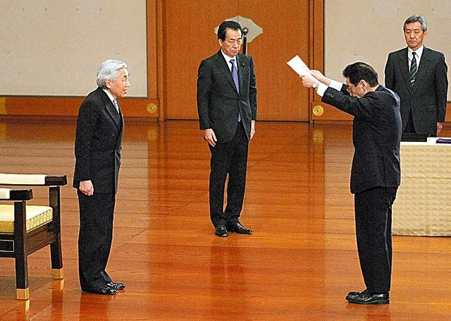 天皇陛下の前で、菅直人首相(左から2人目)から官記(辞令書)を受け取る仙谷由人官房副長官。平服(スーツ)での認証式は初めてという=2011年3月17日、皇居・正殿松の間、代表撮影