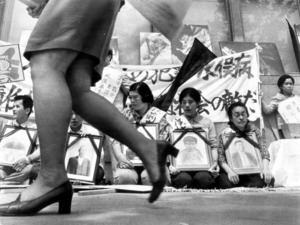 【1970年5月】チッソ本社前で抗議する水俣病患者と家族の代表者たち=東京都千代田区