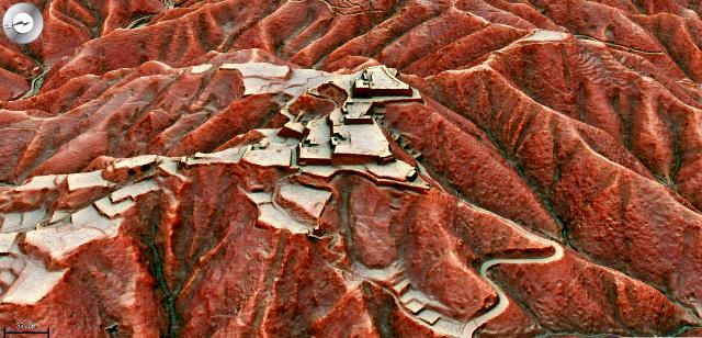 奈良・高取城跡の遺構、空から ...