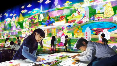 子どもたちが描いた街が3Dになり、スクリーンに広がる「お絵かきタウン」(実行委員会提供)