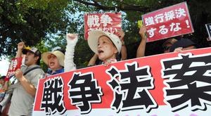 国会に向かって安保関連法案に抗議の声を上げる人たち=15日午前、東京・永田町、白井伸洋撮影