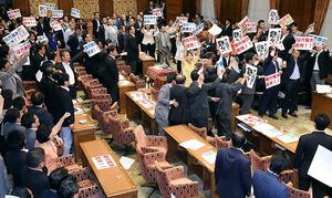 安保関連法案の衆院特別委で、野党が反対する中、賛成して起立する与党議員=15日午後0時24分、飯塚晋一撮影