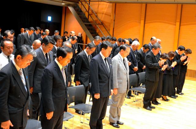 中越沖地震の犠牲者を追悼する式典で黙とうする関係者ら=柏崎市