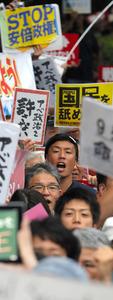 大勢の人たちが国会前でのデモに参加した=16日午後6時31分、杉本康弘撮影