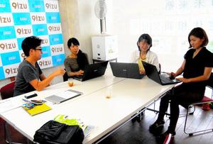 修善寺駅北口前の9izu事務所で、伊豆市の再生を話し合う飯倉清太さん(左)らNPOサプライズのメンバー=静岡県伊豆市