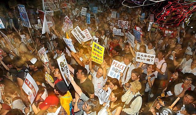 参院での審議入りを前に、国会前で、安倍政権の安保関連法案などに批判の声を上げる人たち=24日午後9時27分、東京・永田町、時津剛撮影、スローシャッターでストロボ発光