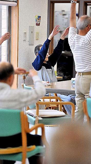 有料老人ホームで体操をする父(中央)。東京都中野区に住む男性が見舞いに行けるのは年に数回だ=群馬県太田市、仙波理撮影