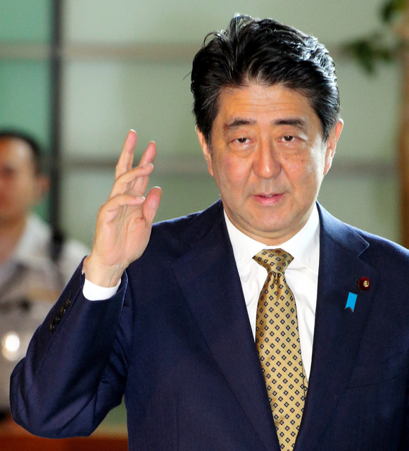 首相官邸に入る安倍晋三首相=27日午前9時43分、飯塚晋一撮影