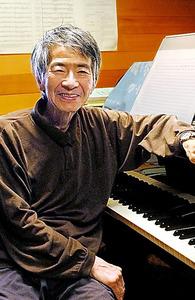 書きかけの「カチカチ山」の譜面を前に。「いま台本を手直ししています。手間がかかりますが、やっぱりオペラは言葉ですから」=2008年、滝沢美穂子撮影