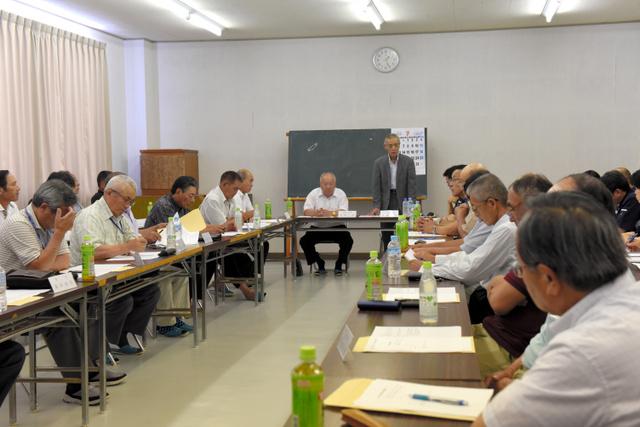 「サブドレン計画」について意見集約をする理事会であいさつする佐藤弘行・相双漁協組合長(奥)=相馬市