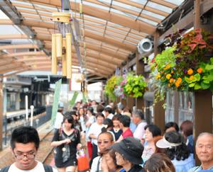 涼しげ「竹ふうりん」 トロッコ列車と嵯峨駅