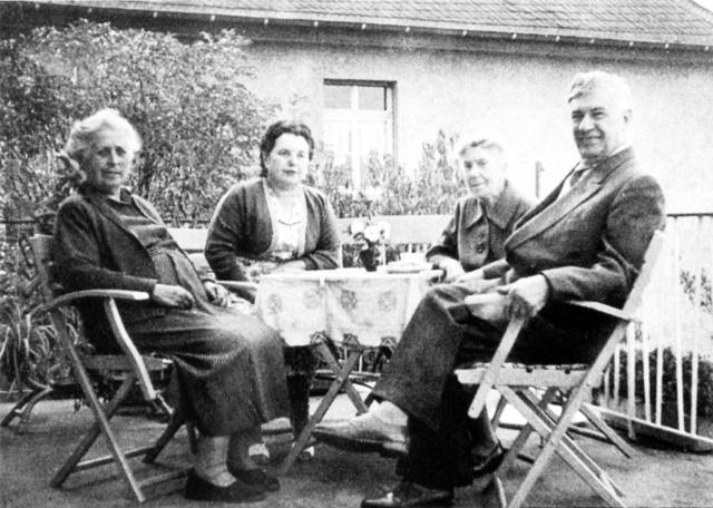 ドイツの家族。右が養父=「ぼくはナチにさらわれた」(平凡社刊)から