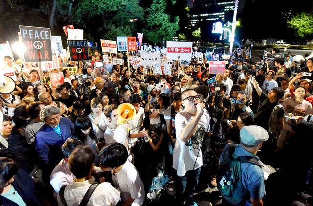 国会前のデモに集まった若者たち=竹花徹朗撮影