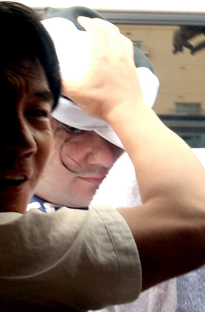 逮捕されたマウント・ゴックス最高経営責任者のマルク・カルプレス容疑者=1日午前6時43分、東京都豊島区、長島一浩撮影
