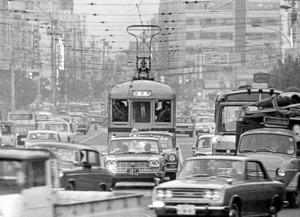 ラッシュに閉じ込められる都電=1966年、東京・青山通り