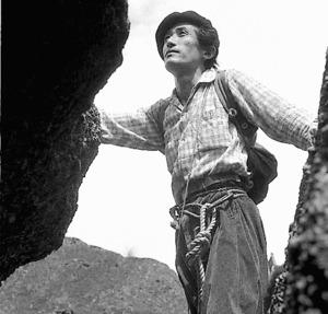 岩場を登る串田孫一=三宅修氏撮影、北のアルプ美術館提供