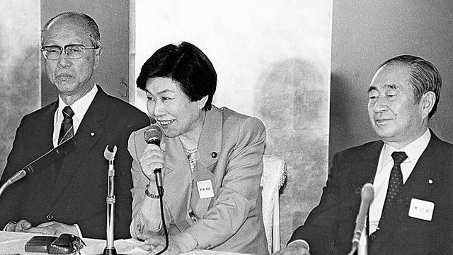 90年4月の社会党定期大会終了後に記者会見する山口鶴男書記長(右)、土井たか子委員長(中央)、田辺誠副委員長(左)=いずれも当時