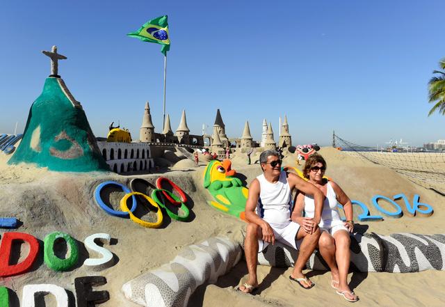 コパカバーナ海岸には、リオ五輪をテーマにしたサンドアートが登場した=リオデジャネイロ、諫山卓弥撮影