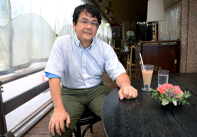 「医者より作家の方が天職かも」と話す海堂尊さん=東京都千代田区、山本和生撮影