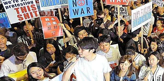 国会前で安保関連法案に反対する大勢の若者たち。「法案の強行採決は許さない」と訴えた=7月10日午後8時30分、東京・永田町、仙波理撮影