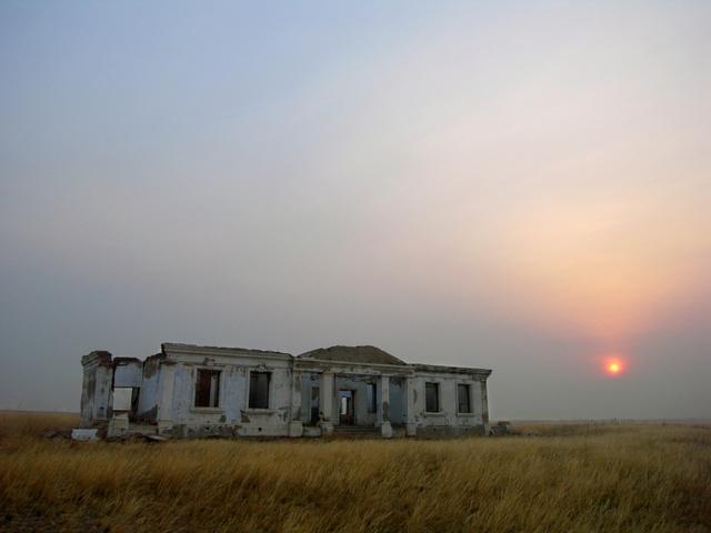 タムスク基地内、独ソ戦で活躍した旧ソ連軍のジューコフ将軍が一時滞在したとされる建物跡=4月30日、モンゴル東部、永井靖二撮影