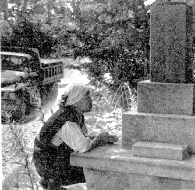 一人息子の千三の墓参りをする母親の高橋セキ。1965年8月12日付朝日新聞朝刊に掲載された