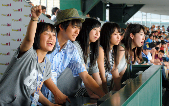 試合を観戦するDream5=12日午前、兵庫県西宮市の阪神甲子園球場、加藤諒撮影